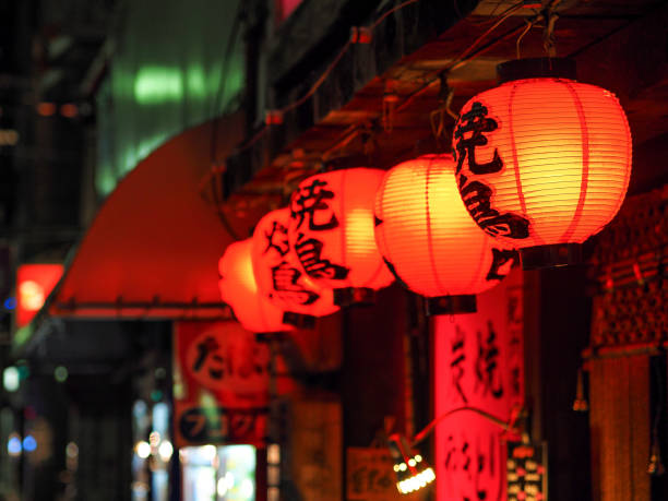 faroles rojos en kyoto en la noche - kyoto fotografías e imágenes de stock