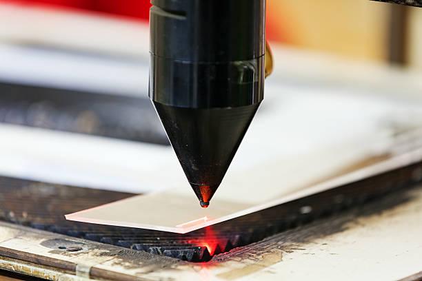 rouge sur machine de découpe laser - objet gravé photos et images de collection