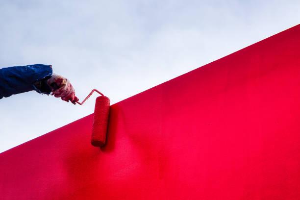 pared de estuco pintura de látex rojo - pintor fotografías e imágenes de stock