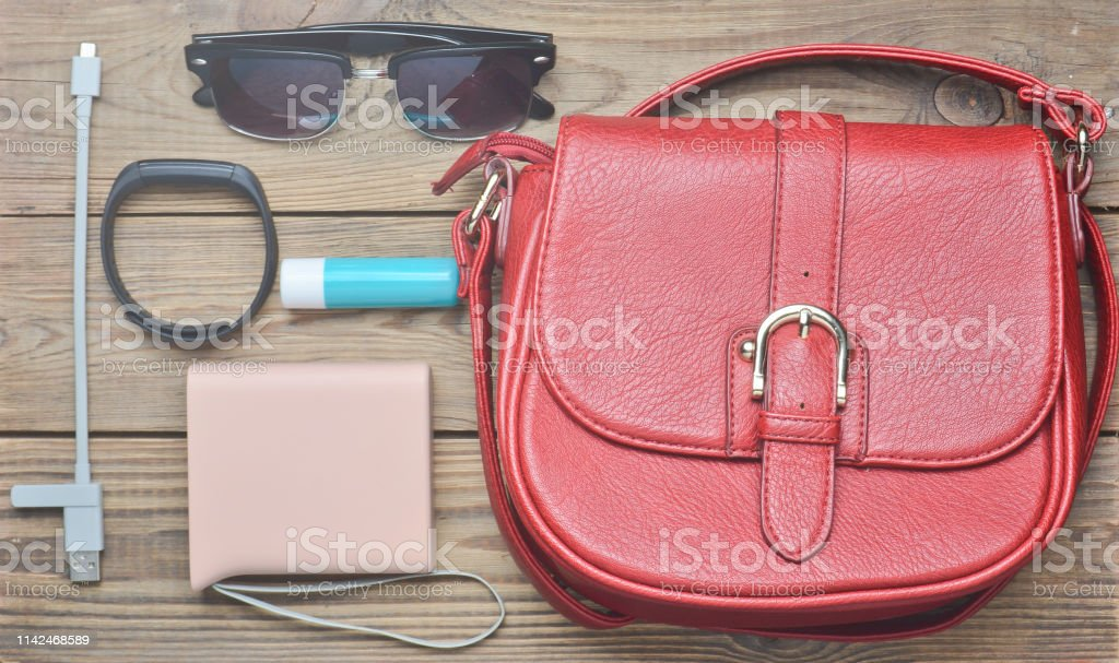 Rote ledertasche und andere weibliche accessoires layout for Trend minimalismus