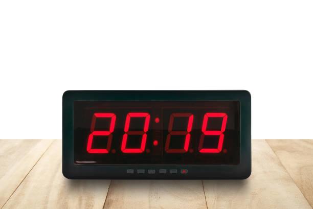 rot gelenkte leuchtnummern 2019 auf schwarzem digitalem elektrischem wecker auf braunem holztisch isoliert auf weißem hintergrund - led uhr stock-fotos und bilder