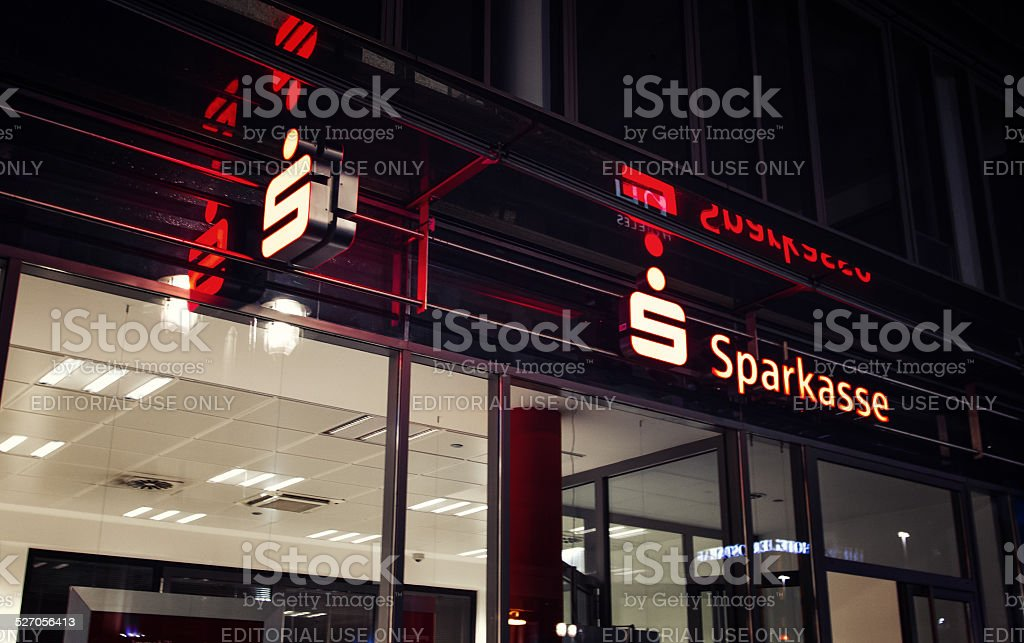 Rote Beschriftung Sparkasse – Foto