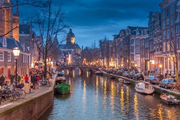 rood licht catles weergave en amsterdamse gracht, fietsen en fietsers, woonboten, boten wonen. (ed) - keizersgracht stockfoto's en -beelden