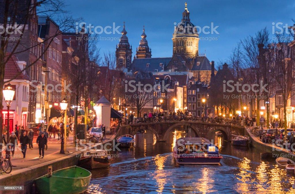 Rood licht Catles weergave en Amsterdamse gracht, fietsen en fietsers, woonboten, boten wonen. - Royalty-free Amsterdam Stockfoto