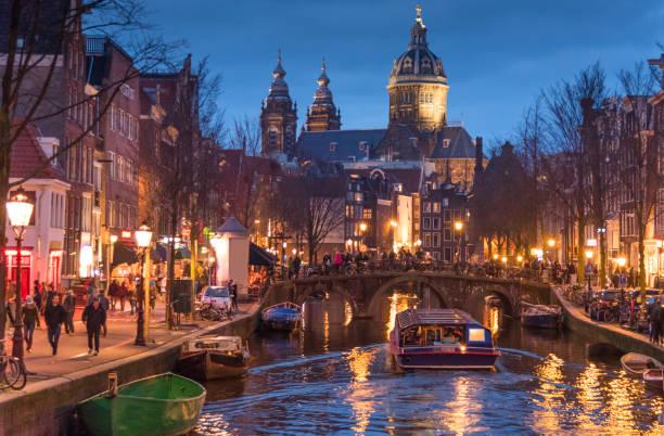 rood licht catles weergave en amsterdamse gracht, fietsen en fietsers, woonboten, boten wonen. - keizersgracht stockfoto's en -beelden