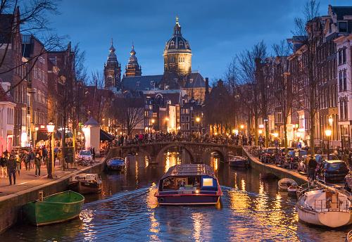 Rood Licht Catles Weergave En Amsterdamse Gracht Fietsen En Fietsers Woonboten Boten Wonen Stockfoto en meer beelden van Amsterdam
