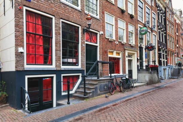 red light district in amsterdam - günstig nach amsterdam stock-fotos und bilder