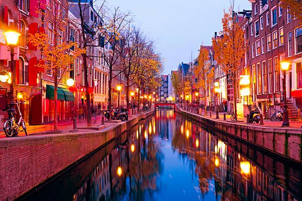 red light district in amsterdam the netherlands at night - stadsdeel stockfoto's en -beelden