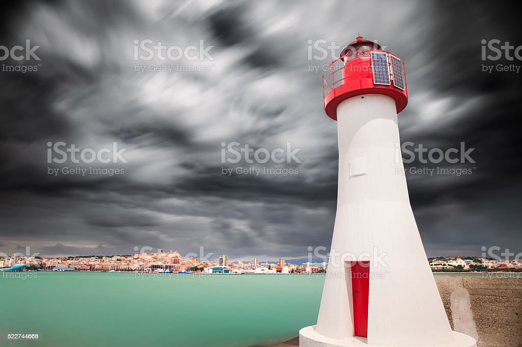 Farol Vermelho na entrada do porto - foto de acervo