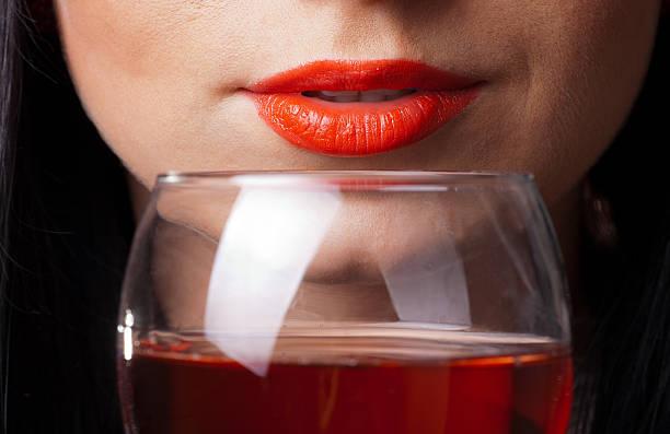 Rote Lippen und Glas Wein – Foto
