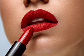 赤い唇。明るい口紅を女性美の顔のクローズ アップ