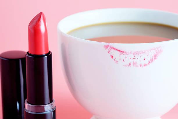 Lápiz labial rojo y una taza de café. - foto de stock