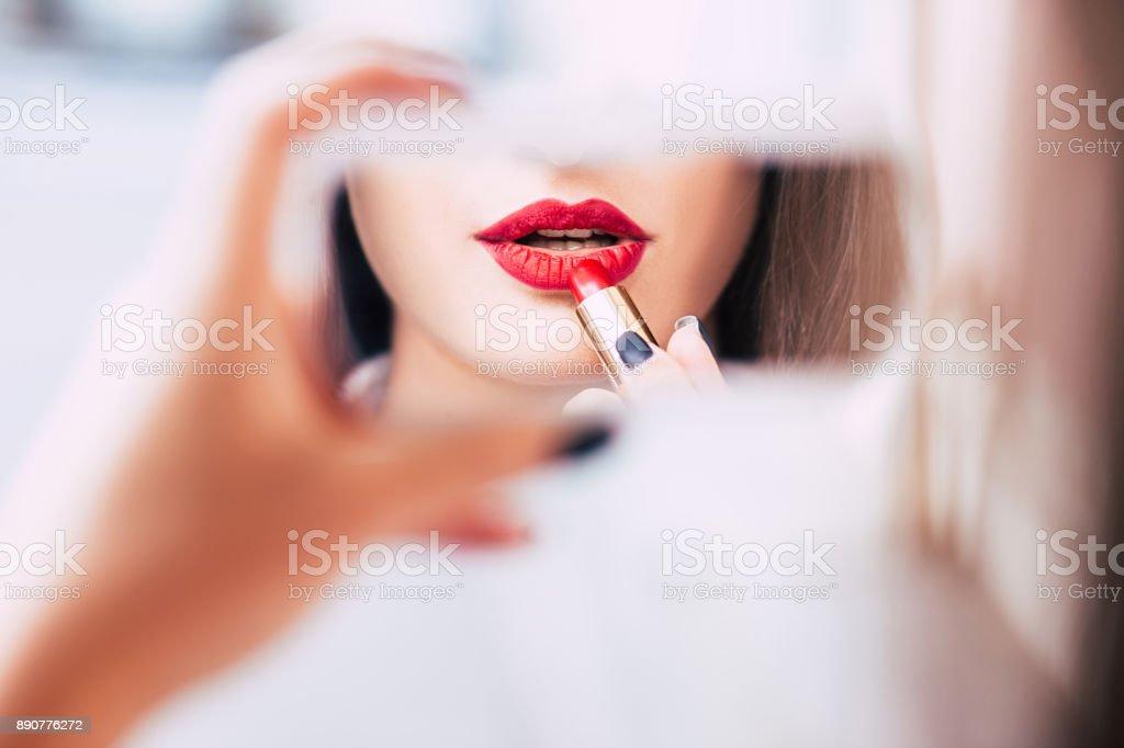 Roter Lippenstift Make-up sinnliche provokative Frau – Foto