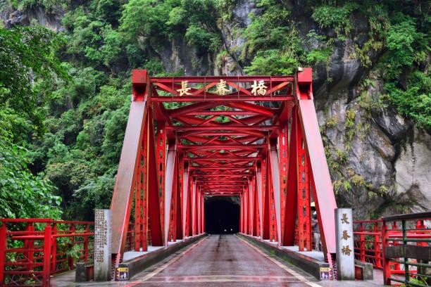 Rote sinnvolle Eisenbrücke – Foto
