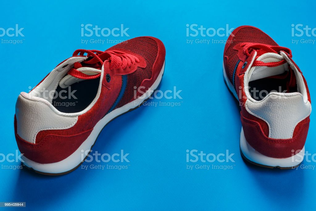 new style d2201 dfb7d Rote Herren Sneakers Auf Blauem Grund Casual Schuhe Sind Aus Der Mode  Stockfoto und mehr Bilder von Ausbilder