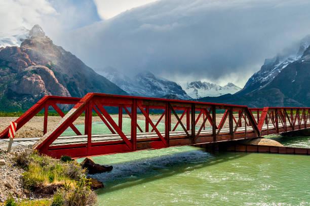 Puente de metal roja - foto de stock