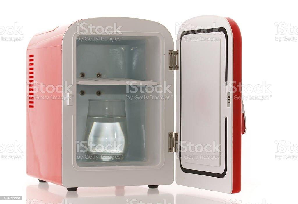 Kleiner Kühlschrank Gebraucht : Mini kühlschrank voller flaschen und gläser mit verschiedenen