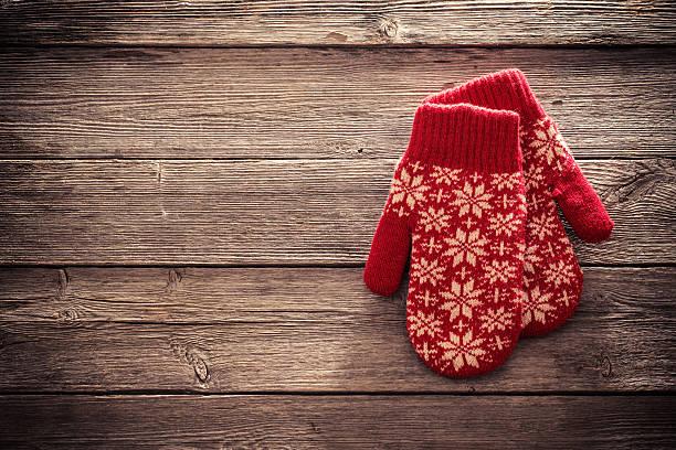 red mittens on wooden background - mitene imagens e fotografias de stock