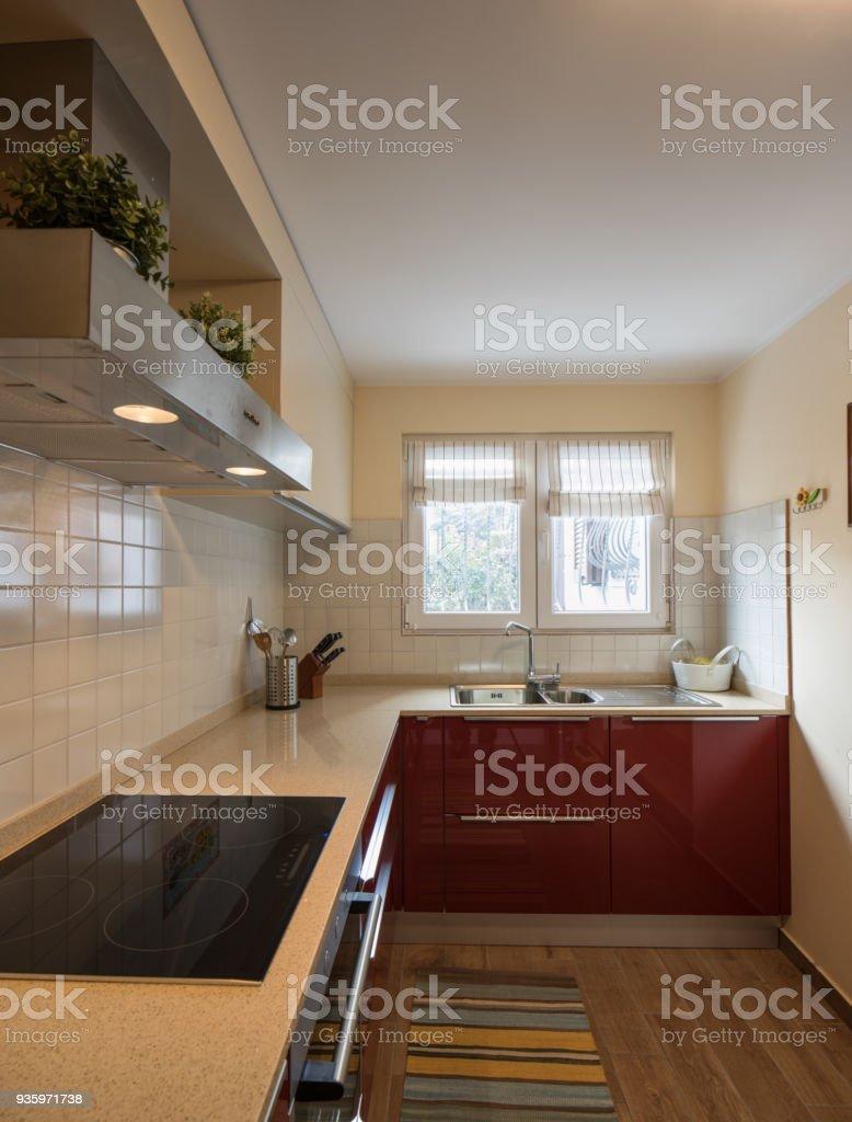 Rot, moderne Küche mit neuen Geräten – Foto