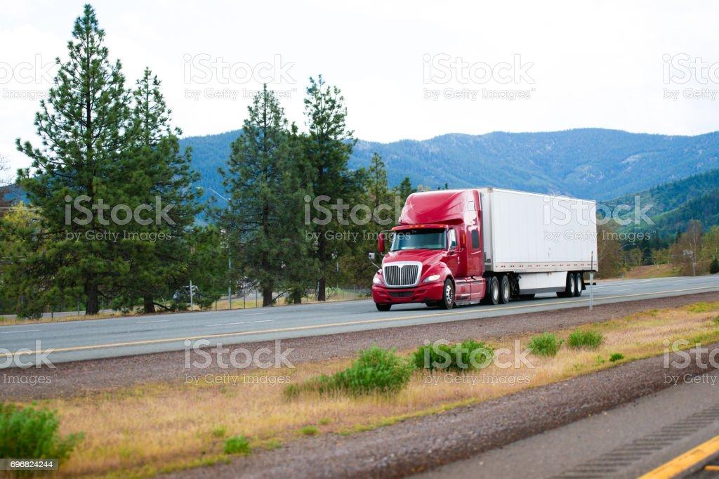 Rote moderne Sattelschlepper mit trockenen van Anhänger bewegen durch die Autobahn i-5 in Kalifornien – Foto
