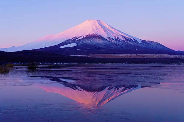 赤色富士山に反射湖 yamanaka の表面の冬 - yamanaka lake ストックフォトと画像