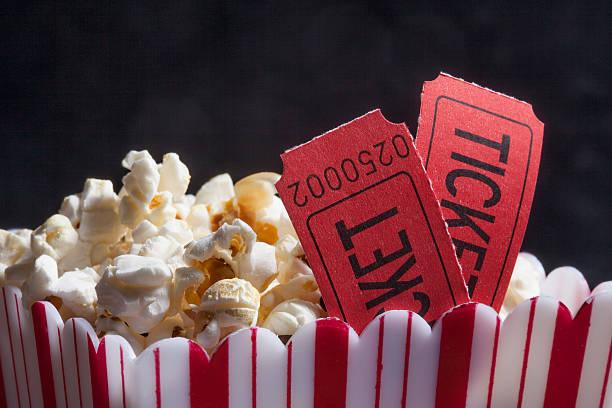 rosso scatola di popcorn movie - biglietto del cinema foto e immagini stock