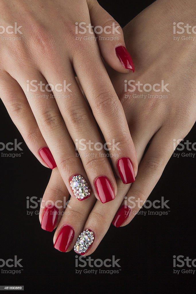 Uñas Rojo Con Cristales Y Manos Fondo Negro Foto De Stock Y