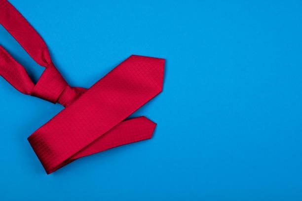 Roter Hals Krawatte auf blauem Cyan-Hintergrund. Modisches Männerkonzept. Ort für Text. – Foto