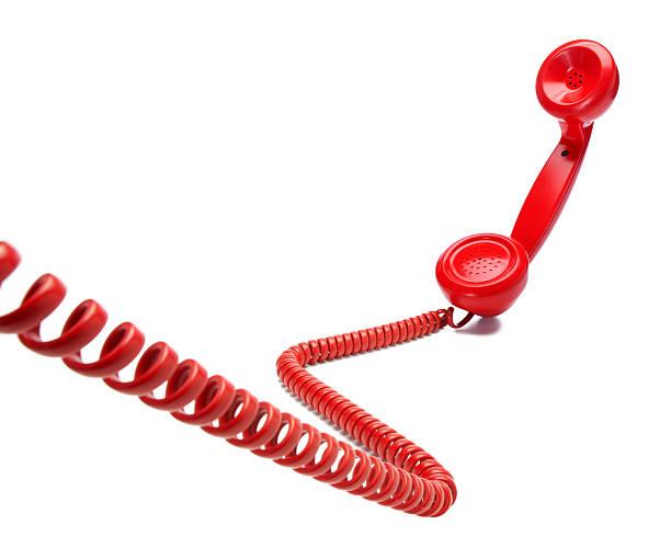 telefono rosso vecchio stile su sfondo bianco - cornetta telefono foto e immagini stock