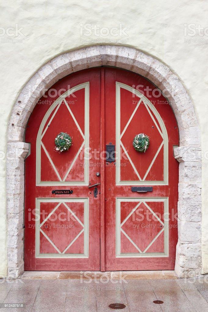 Rote alte altmodische Holztür auf weißen Fassade. Tallinn – Foto