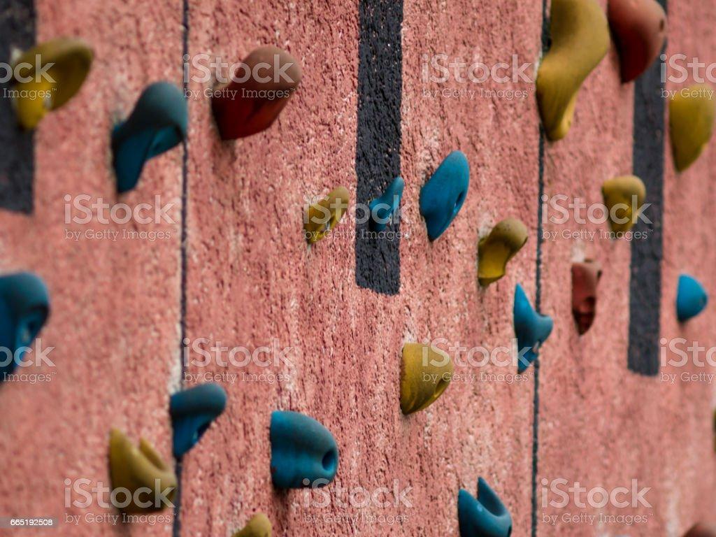 Rote outdoor-Kletterwand mit Klettergriffe – Foto