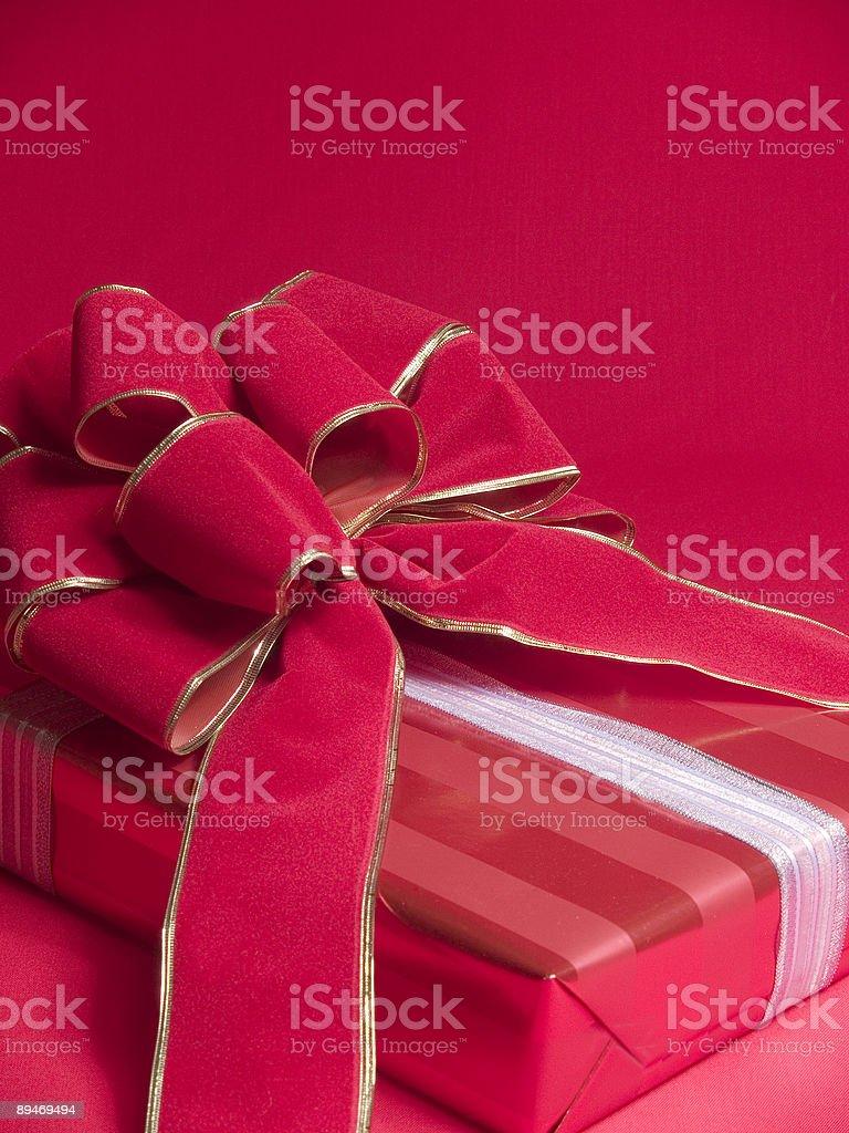 Paquete con lazo rojo foto de stock libre de derechos
