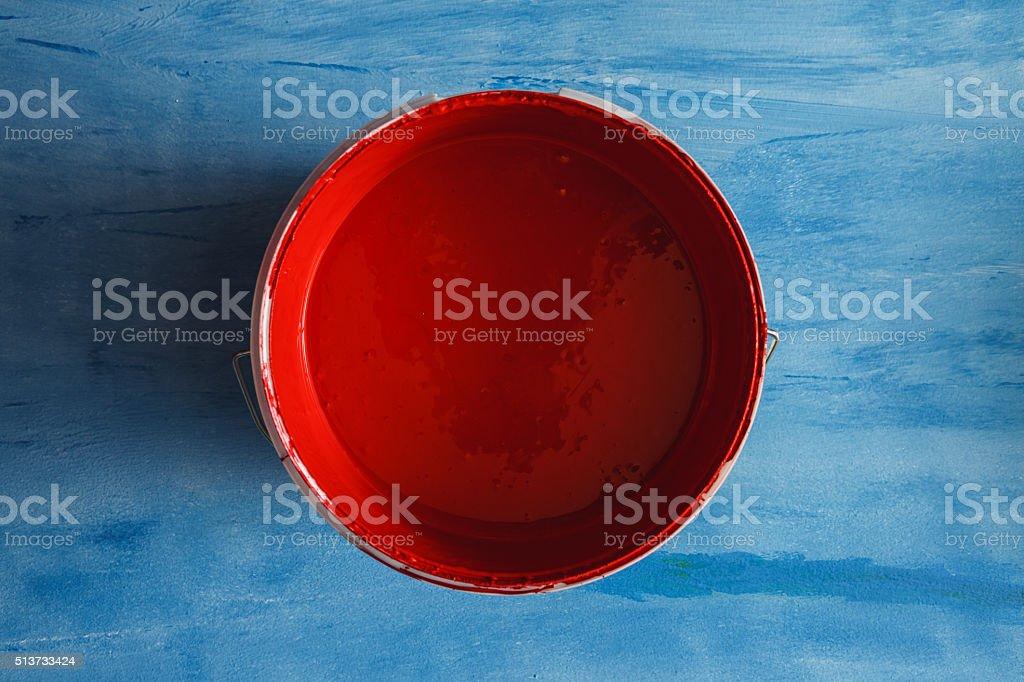 Tinta vermelha de caixa no Fundo azul - foto de acervo