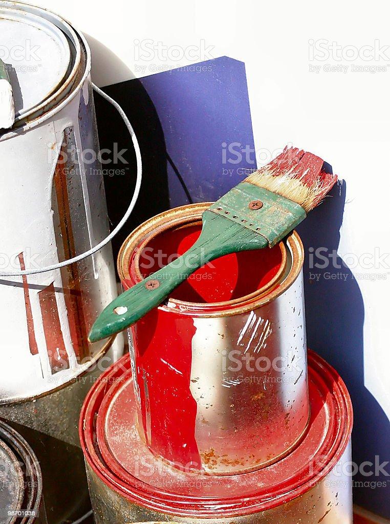 Barattolo di vernice rossa e pennello con vernice verde foto stock royalty-free