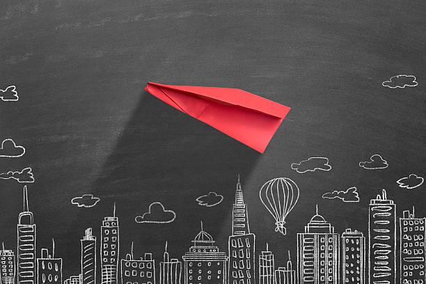 avión de papel rojo - suministros escolares fotografías e imágenes de stock