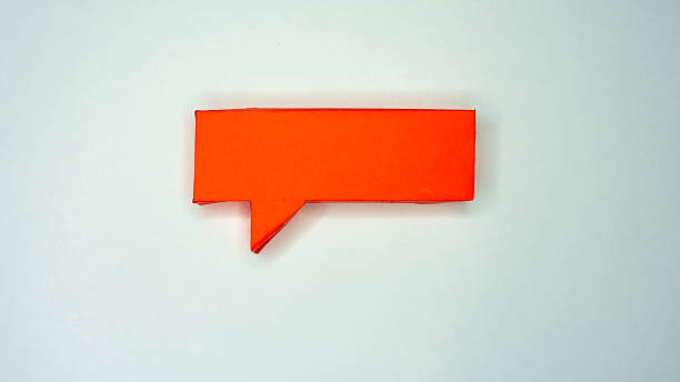 Red paper speech bubble on white background – Foto