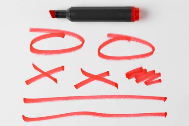 Stylo rouge ou marqueur et gribouillis et lignes et Doodles isolé sur fond blanc avec ombre réelle - Photo