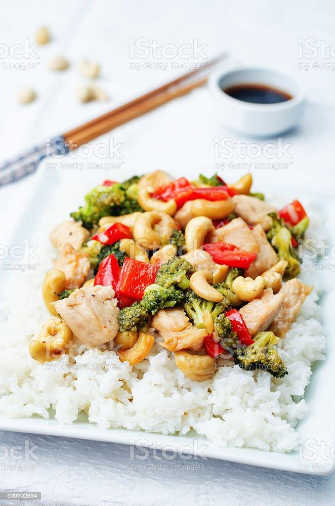 Brécol anacardo pimiento rojo pollo con arroz, stir fry - foto de stock