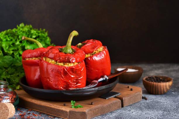 紅色胡椒粉塞滿肉, 牛和蔬菜在鑄鐵平底鍋。烤填充辣椒。 - 塞滿的 個照片及圖片檔