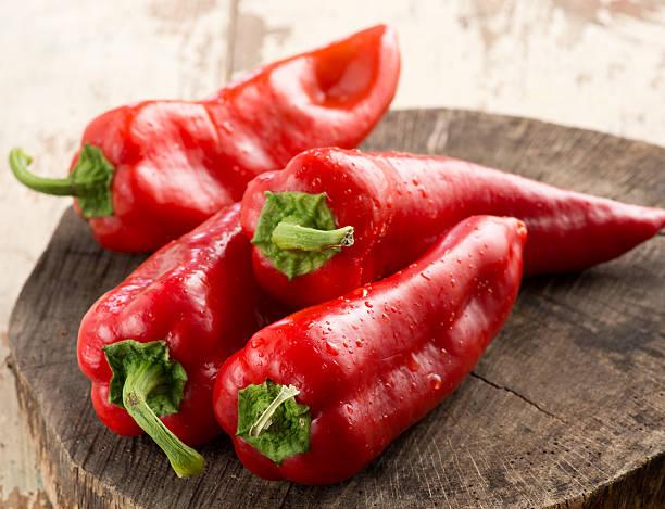 red peppers - rode chilipeper stockfoto's en -beelden