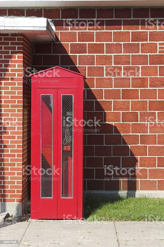 Красные телефонные будки и Кирпичная стена Стоковые фото Стоковая фотография