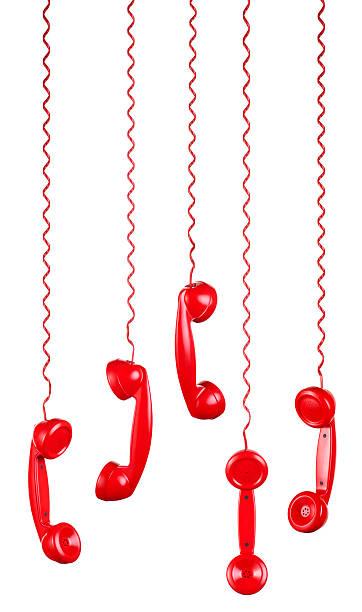 telefoni rosso appeso su sfondo bianco - cornetta telefono foto e immagini stock