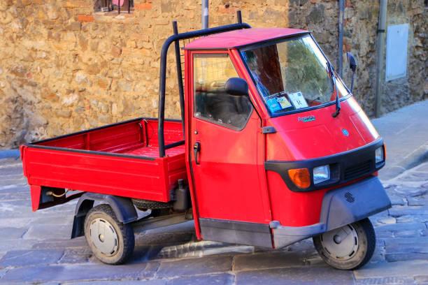 Red Piaggio Ape 50 in Montalcino town, Tuscany - foto stock