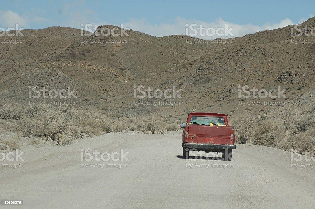 Красный забрать on dirt road. Стоковые фото Стоковая фотография