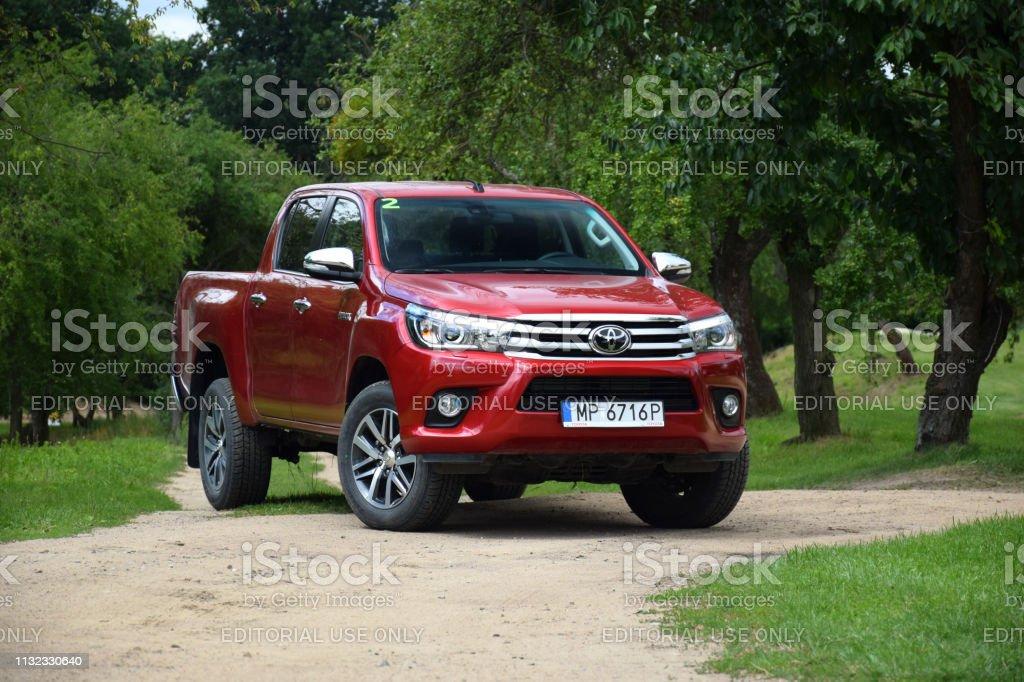 Foto De Pickup Vermelho Toyota Hilux Na Estrada E Mais Fotos De Stock De 4x4 Istock
