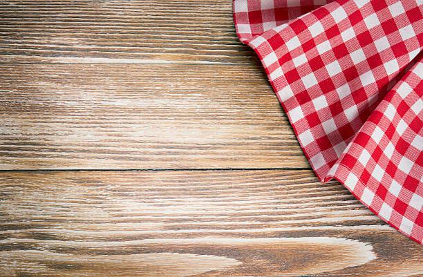 rot picknick tischdecke auf hölzernen background.napkin tischtuch auf alten holz. - vintage spitze stock-fotos und bilder