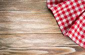 レッドのピクニック布に木製 background.Napkin テーブルクロス、古い木製ます。
