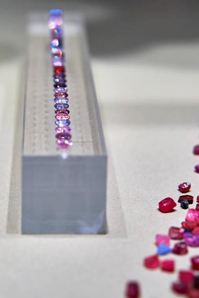 rot - europäisch geschliffene diamanten stock-fotos und bilder