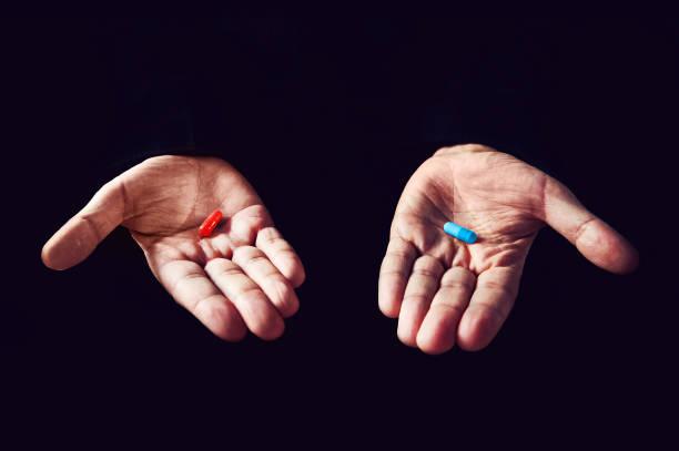red pill blue pill koncepcji. właściwy wybór koncepcji matrycy filmowej. wybór tabletek - kapsułka zdjęcia i obrazy z banku zdjęć