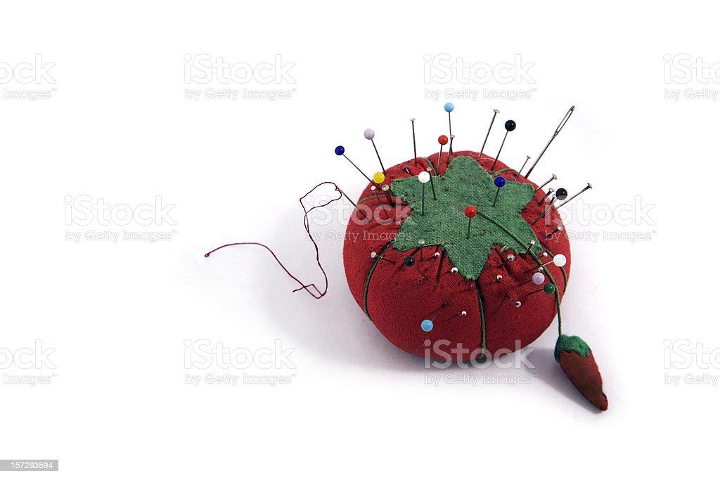 Red Pincushion com colchas de bótons e agulhas de costura - foto de acervo